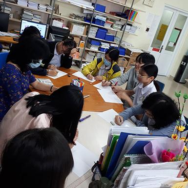 Cô Thanh Thúy đặt bút vẽ vải